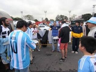 Hinchas argentinos acamparam no sambódromo do Anhembi e espera fazer muita festa em São Paulo nesta quarta