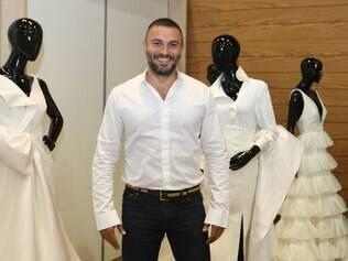 O estilista André Lima em seu estande na CasaModa Noivas