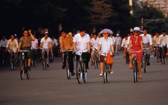 Muitos chineses usam a bicicleta para se locomover em Pequim