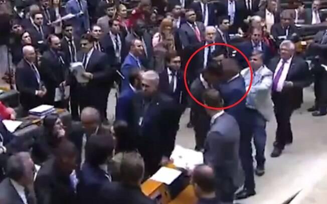 Deputado Julian Lemos (PSL-PB) dá cabeçada no colega de plenário Expedito Netto (PSD-RO)