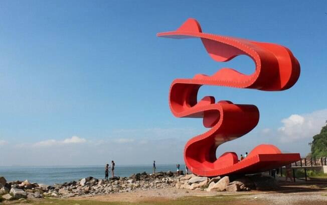 A escultura de Tomie Ohtake chama atenção nas praias de Santos, decorando o Emissário Submarino com esplendor