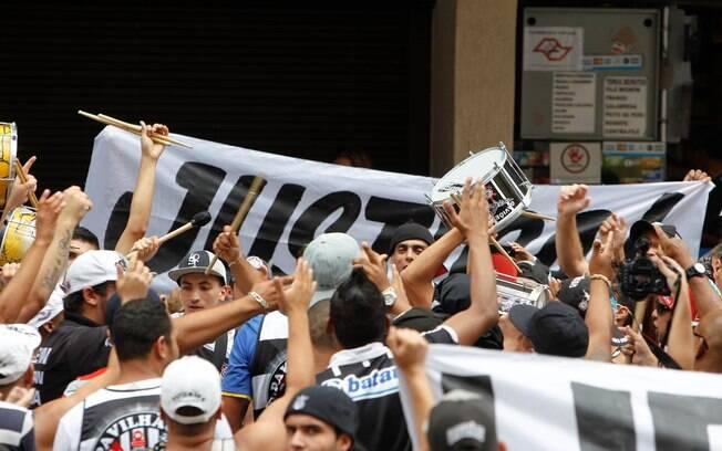 Torcida pediu por justiça aos detentos de  Oruro. Ela alega que eles são inocentes
