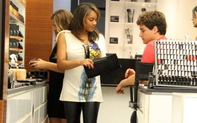 Atencioso, Felipe Dylon ajudou a mulher Aparecida Petrowky a escolher os produtos