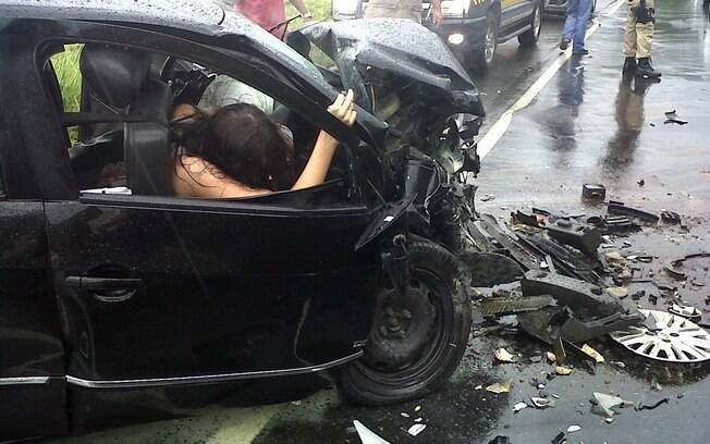 A Miss Brasil Débora Lyra momemtos após o acidente na rodovia