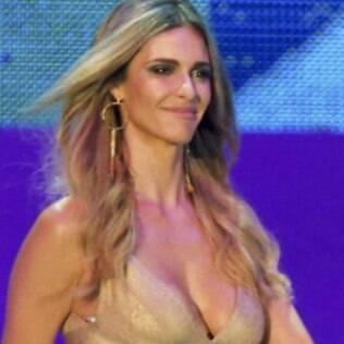 Fernanda Lima com polêmico vestido dourado do sorteio da Copa