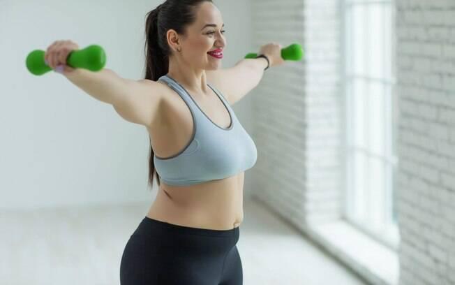 Exercícios de ombro, como elevação, são importantes não só para o fortalecimento da região, mas das costas também