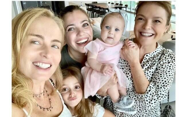 Angélica aparece com Eva em registro em família
