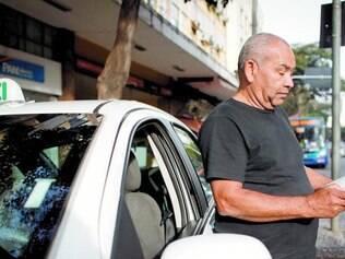 Benefício. O taxista Almeida aproveita projeto para ler e diz preferir autores de sua terra, a Bahia