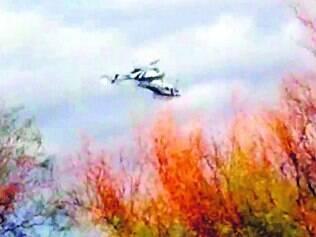 Ao lado, o momento em que os dois helicópteros colidem