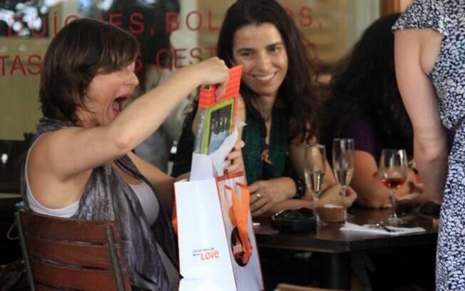 Maria Paula recebe presente de amiga e comemora