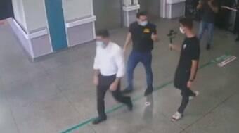 Deputados Mamãe Falei e Kataguiri invadem hospital à força em SP
