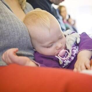 Bebê no avião: viajar com crianças pequenas não precisa ser um tormento para pais e demais passageiros