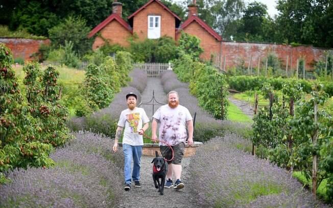 Acompanhados por um simpático cachorro, a dupla passeou pelo local fazendo poses hilárias