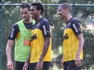 Quebra-cabeça. Réver (esq.) junto com Jô e Leonardo Silva