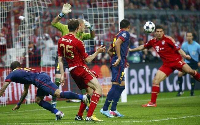 Mario Gomez chuta para fazer o segundo gol do  Bayern de Munique sobre o Barcelona