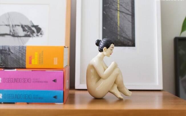 Livros, objetos e quadros juntos de um jeito fácil, trazendo personalidade para o móvel do quarto