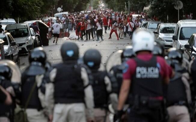 Torcida do River Plate e a polícia de Buenos Aires entraram em confronto antes da final da Libertadores contra o Boca