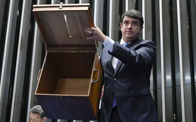 Secretário-geral da Mesa, Luiz Fernando Bandeira de Mello Filho, mostra urna de votação vazia