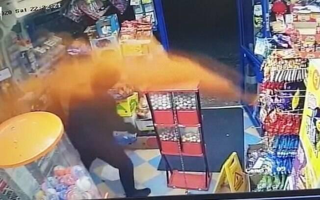 Lojista jogou pimenta em assaltante para se defender de roubo, em Birmingham, na Inglaterra