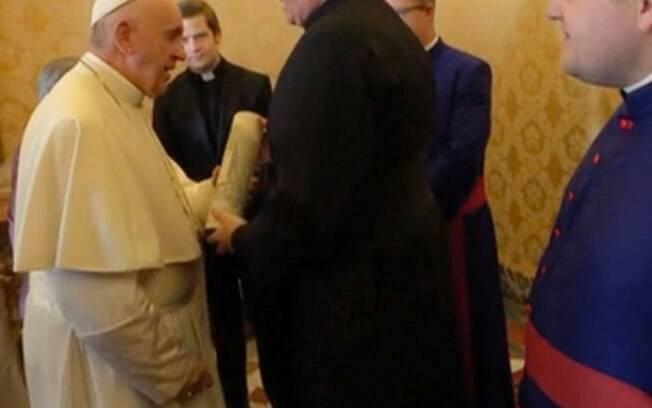Papa recebe uísque de estudantes do Colégio Escocês de Roma