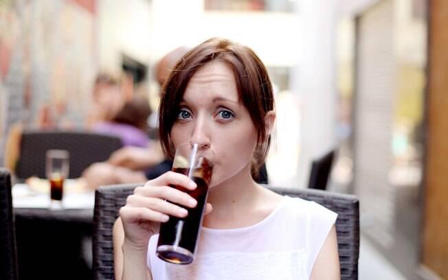 O ideal é evitar a bebida, já que o refrigerante, com ou sem açúcar, é prejudicial à saúde