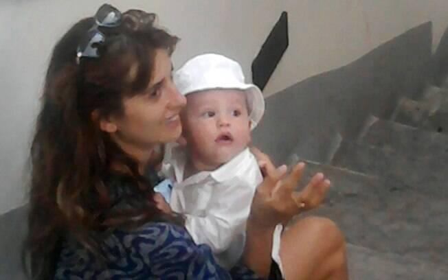 Penélope Cruz e Leo: mãe e filho descansam sentados em uma escadaria