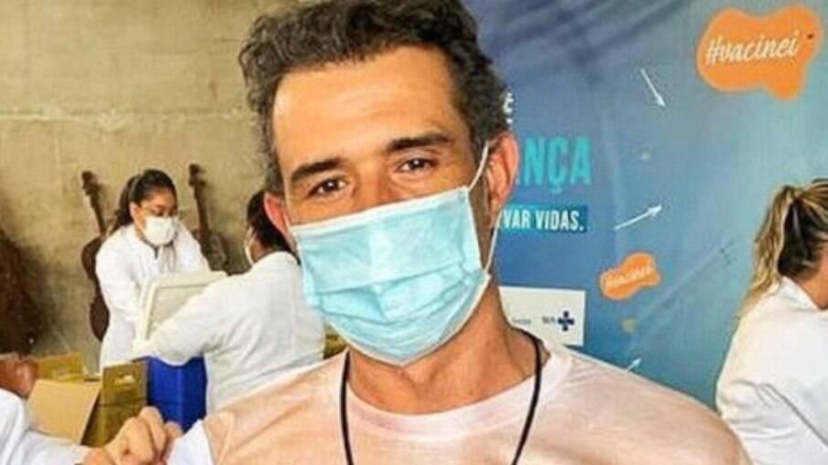 Marcos Pasquim se vacina  contra Covid-19 'sem camisa': 'Atendendo a pedidos'