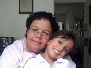 Odete e o filho: para eles, a mudança da escola particular à pública foi traumática