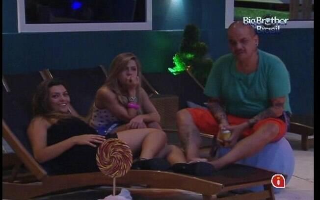 Renata, João Carvalho e Monique falam de Fabiana perto da piscina