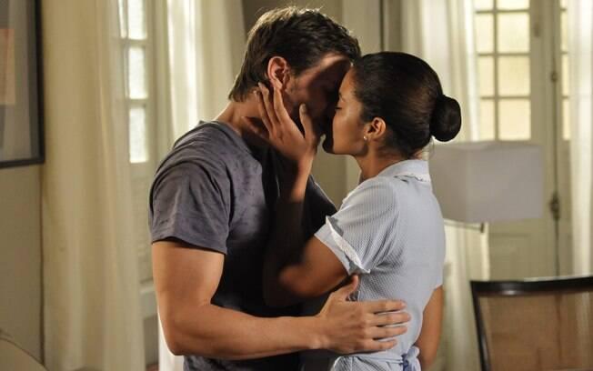 Tiago (André Bankoff) e Lídia (Ildi Silva) se beijam