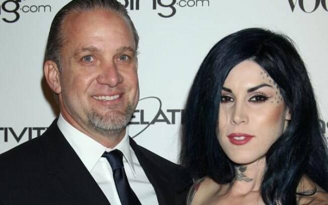 Jesse James, ex-marido de Sandra Bullock, com sua atual noiva, Kat Von D