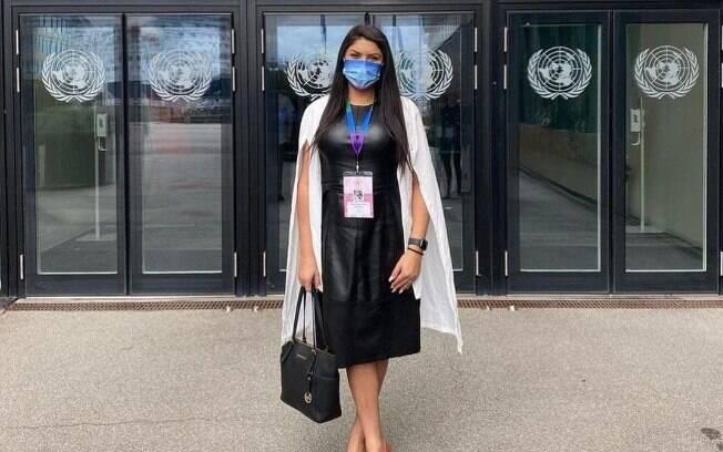 Alicia Krüger, representante da Antra na World Pride 2021, em frente à sede da ONU na Dinamarca para abertura do Fórum de Direitos Humanos