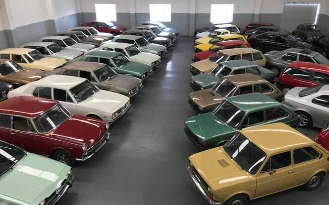 Modelos da Alfa Romeo e Fiat, em perfeito estado, ficam estacionados lado a lado em um galpão no interior de São Paulo