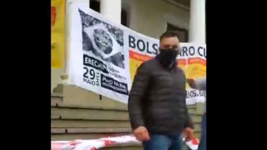 Homem agrediu manifestantes em ato contra o governo de Jair Bolsonaro neste último sábado (19)