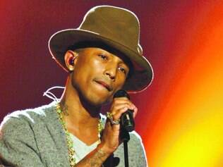 Rapper Pharrel cheio de correntes Chanel na festa do dia seguinte ao Grammy