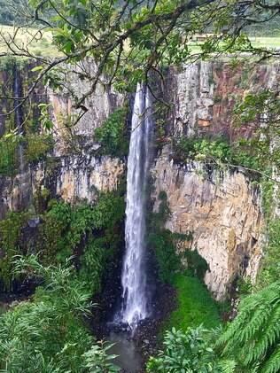 Cacheira do Avencal, com 100 metros de altura. Para os corajosos há uma tirolesa que passa sobre essa gigantesca garganta