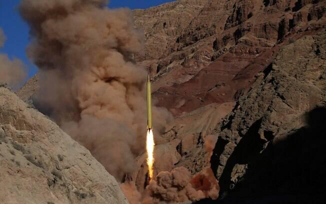 Imagem divulgada pela agência de notícias Fars News de míssil sendo testado em local não revelado no Irã