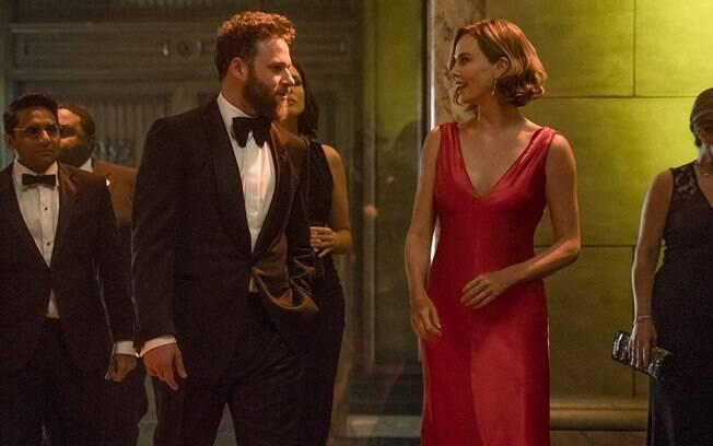 Seth Rogen e Charlize Theron em cena de