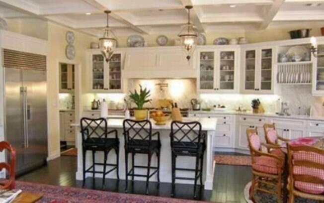Localizada em Tarzana, distrito afastado de Los Angeles, a casa de R$ 6 milhões da atriz e cantora Selena Gomes tem estilo romântico