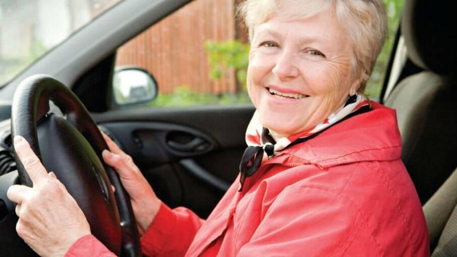 Idosos podem manter o direito de dirigir, mas têm que cumprir uma série de requisitos conforme estabelece o Contran