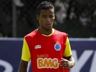Elber sofreu lesão muscular na coxa direita ao marcar o primeiro gol celeste