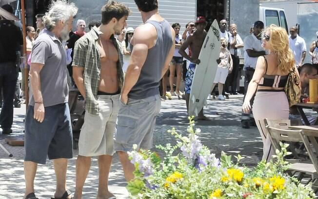 Pereirinha (José Mayer), Enzo (Julio Rocha) e Ferdinand (Carlos Machado) observam a periguete caminhando