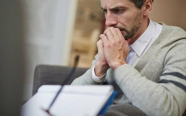 Homem pensativo e preocupado em consulta médica