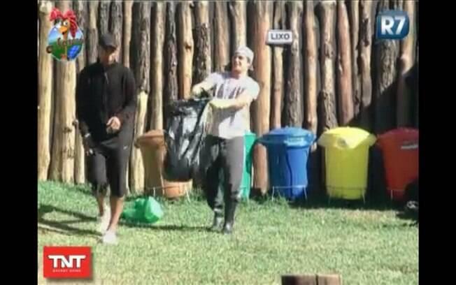 Thiago mostra saco com lixo retirado do banheiro da sede