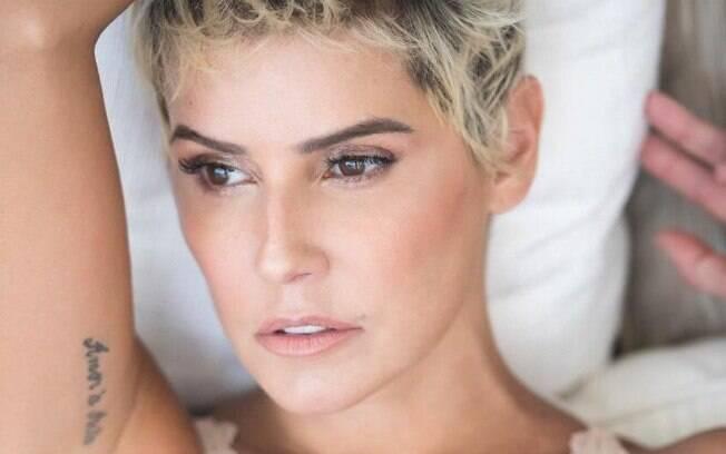 Deborah Secco posa de lingerie na web