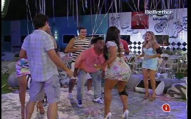 Kelly rebola até o chão com o músico da banda Sambô