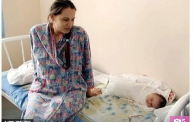 A mãe evitou intervenções médicas durante toda a gestação e só descobriu a gravidez ectópica nos últimos instantes