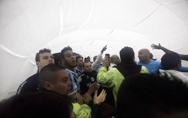 Jogadores do Grêmio se defenderam das  agressões e ficaram acuados no túnel de acesso ao  gramado