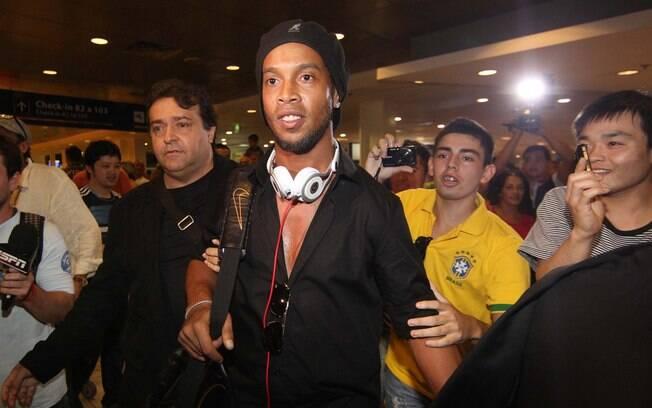 Ronaldinho é assedado na chegada do  Atlético-MG à Argentina