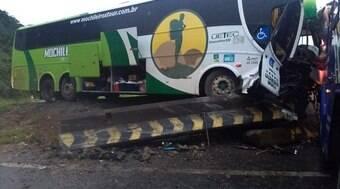 Ônibus de turismo perde o controle, sai da estrada e bate
